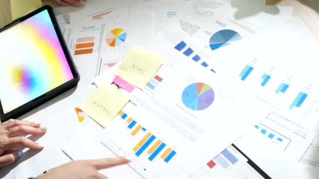 テーブルクリエイティブミーティングブレーンストーミングのビジネスワーク - 渡す点の映像素材/bロール