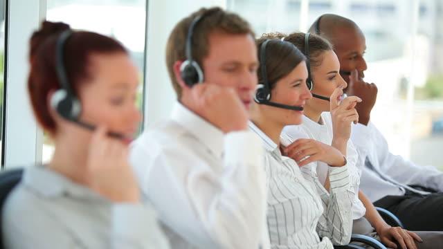 stockvideo's en b-roll-footage met business workers talking on headsets - overhemd en stropdas