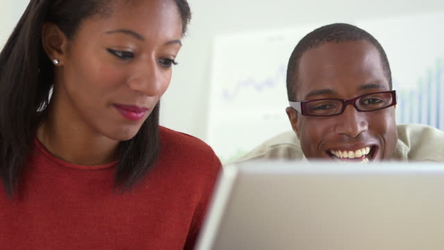 vídeos de stock, filmes e b-roll de business workers using laptop computer - envolvimento dos funcionários