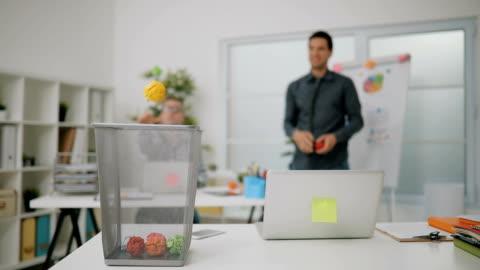 business-coworking spel - korg bildbanksvideor och videomaterial från bakom kulisserna