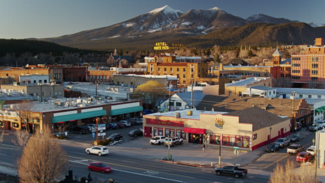 businesses in flagstaff, arizona at sunset - aerial - südwestliche bundesstaaten der usa stock-videos und b-roll-filmmaterial