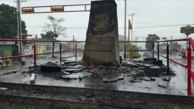 vídeos de stock e filmes b-roll de businesses were looted and a statue of hugo chavez vandalized during protests in the state of bolivar against the government of nicolas maduro - estátua