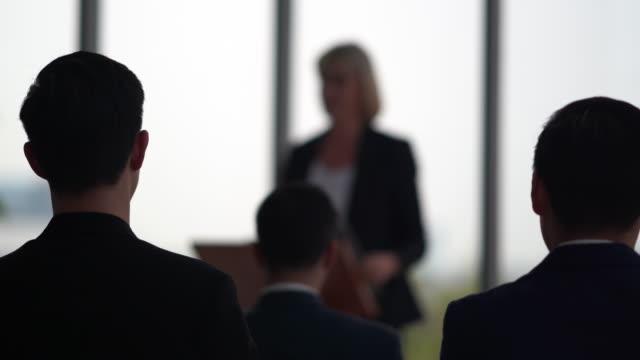 会議セミナー会議室で代表者に向けて演説するビジネスマン - 演壇点の映像素材/bロール