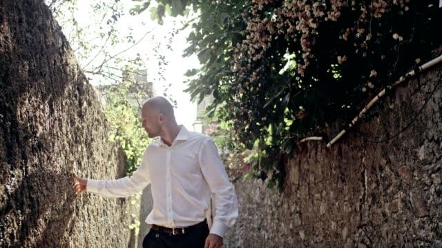 vídeos y material grabado en eventos de stock de hombre de negocios después del trabajo. caminando por el casco antiguo - masculinidad