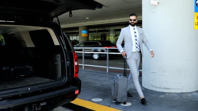 vidéos et rushes de voyage d'affaires aéroport à l'arrivée - limousine voiture