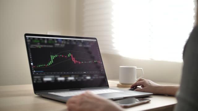 vídeos de stock, filmes e b-roll de empresário analisando dados do mercado de ações no laptop - abundância