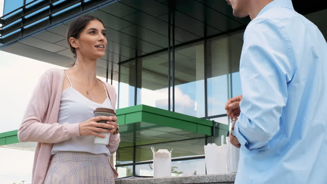 geschäftsmann und geschäftsfrau auf einer kaffeepause im freien - cup stock-videos und b-roll-filmmaterial