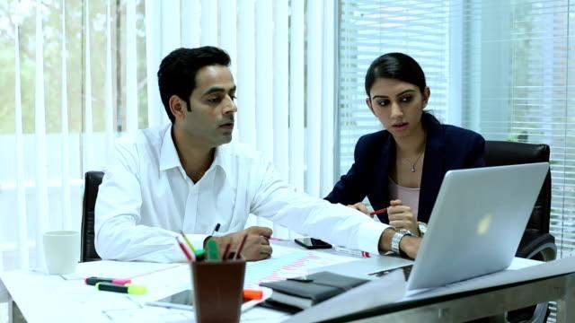 vídeos y material grabado en eventos de stock de businessman and businesswomen discussing, delhi, india - compromiso de los empleados