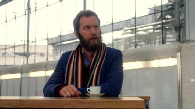 stockvideo's en b-roll-footage met zakenman en koffie - stock video - wachten