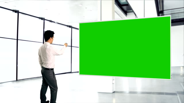 geschäftsmann und greenscreen - projection screen stock-videos und b-roll-filmmaterial