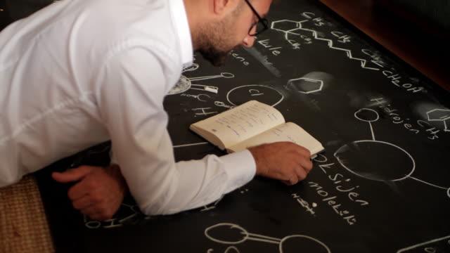 geschäftsmann und probleme - trigonometrie stock-videos und b-roll-filmmaterial