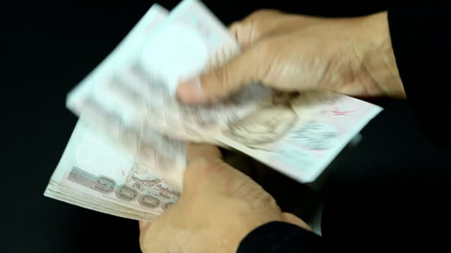 stockvideo's en b-roll-footage met businessman are counting cash. - omkoping