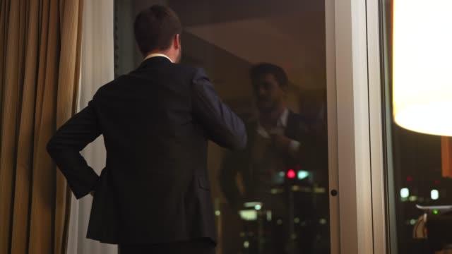ホテルの部屋に到着するビジネスマン - 鍵点の映像素材/bロール