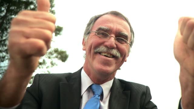 vidéos et rushes de hd : homme d'affaires à une conférence vidéo - tête composition