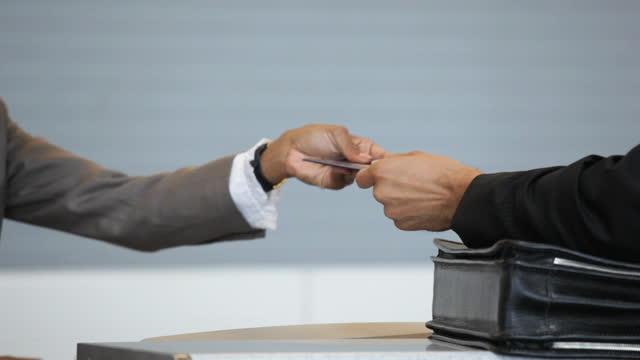 businessman at airport ticket counter - addetto all'accettazione video stock e b–roll