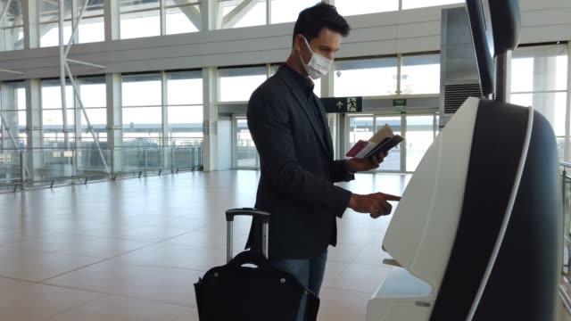 vídeos de stock, filmes e b-roll de empresário em um aeroporto se registrando. - turista