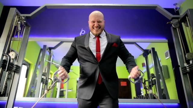 vidéos et rushes de homme d'affaires à l'exercice de gym après le travail - after work