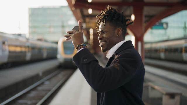 vidéos et rushes de homme d'affaires à la gare - quai de gare
