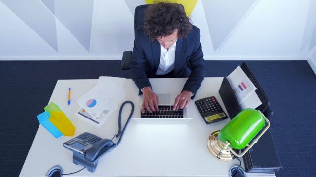 vídeos de stock e filmes b-roll de businessman at work. - small office