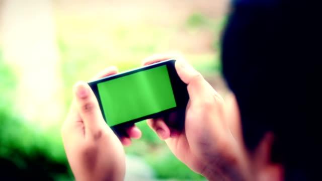 vídeos de stock, filmes e b-roll de empresário em branco smartphone - espaço vazio