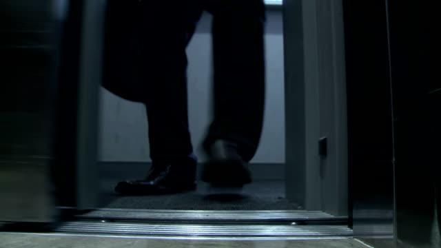 hd :ビジネスマンブロックのエレベータードア - 止まる点の映像素材/bロール