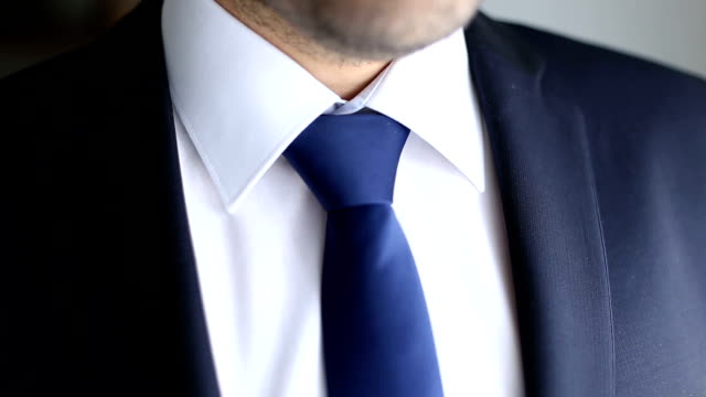 vídeos de stock, filmes e b-roll de gravata azul do empresário - shirt and tie