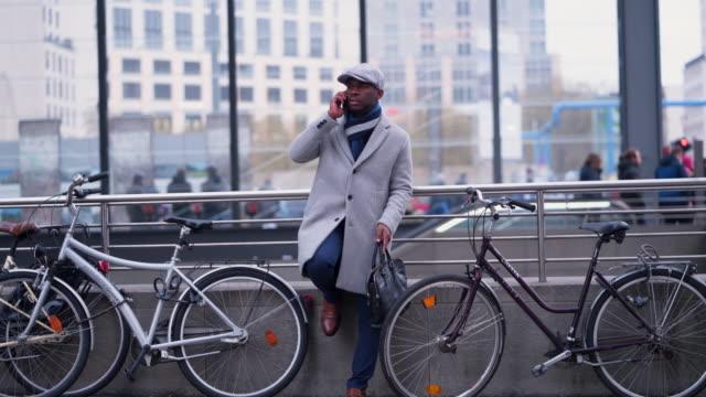 vídeos de stock, filmes e b-roll de empresário, chamando um passeio uber - neckwear