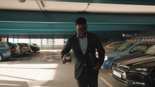 vídeos de stock, filmes e b-roll de empresário comemora fim da semana de trabalho, pronto para um fim de semana - em êxtase