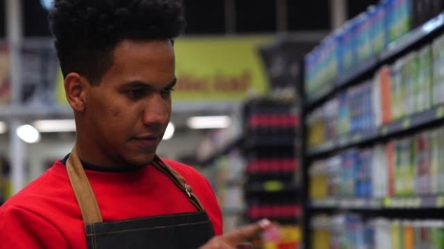 geschäftsmann, prüfung bestand in einer digital-tablette in einem supermarkt - lebensmittelhändler stock-videos und b-roll-filmmaterial