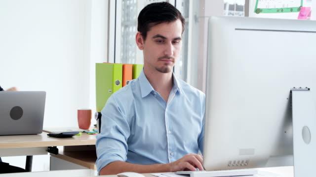 vídeos de stock, filmes e b-roll de empresário verificando o tempo - excesso de trabalho
