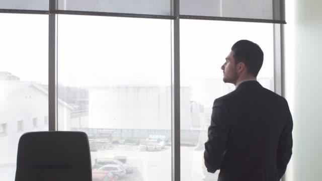 vídeos de stock e filmes b-roll de businessman closing the blindes - congresso organizações