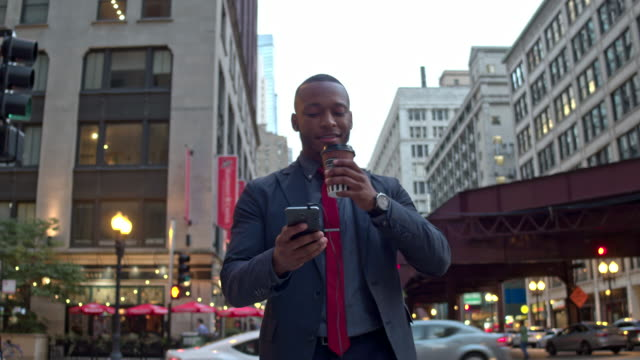 businessman commuting in chicago downtown - usare il telefono video stock e b–roll