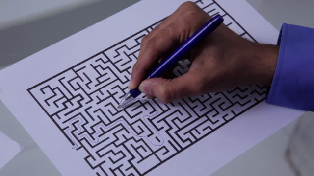 stockvideo's en b-roll-footage met businessman complete a maze  - puzzel