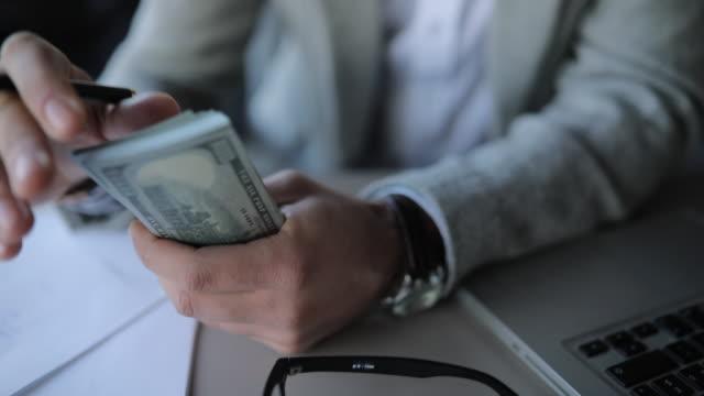 vídeos y material grabado en eventos de stock de empresario contando dinero - vestimenta de negocios formal