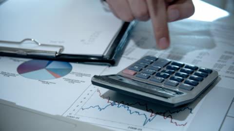 vídeos de stock, filmes e b-roll de empresário, contando com a calculadora - conta artigo de armarinho