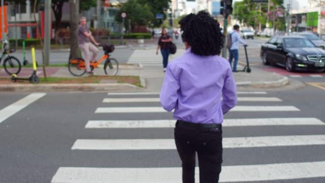 businessman crossing street using cellphone - pardo brazilian stock videos & royalty-free footage