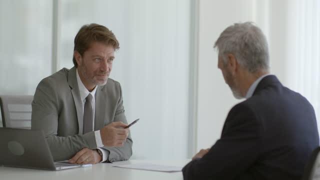 imprenditore che discute con il partner in carica - mostrare video stock e b–roll