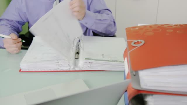TIME-LAPSE IN HD: Uomo d'affari facendo documenti