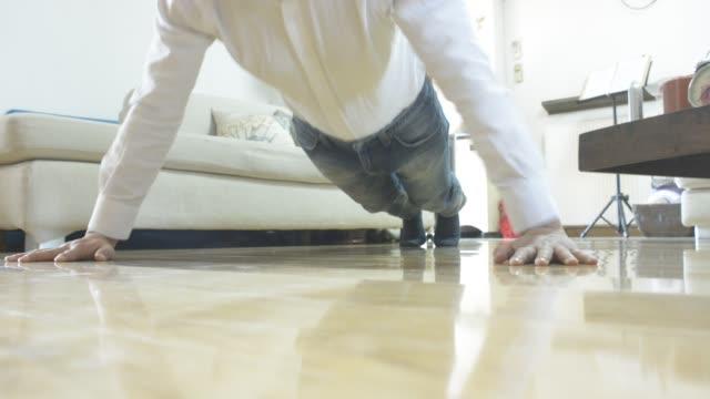 vídeos y material grabado en eventos de stock de businessman doing push-up at home - entrenamiento sin material