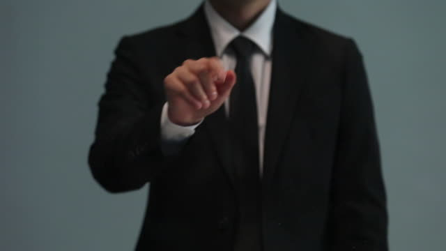 businessman doing touch screen hand gestures on the virtual screen - 広げる点の映像素材/bロール