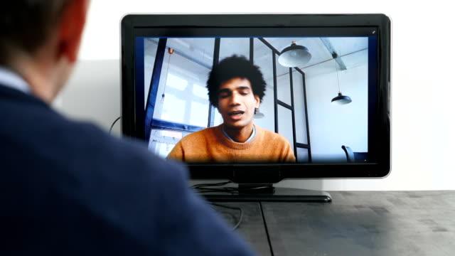 vídeos de stock, filmes e b-roll de homem de negócios fazendo videochamada em reunião no gabinete - cooperação