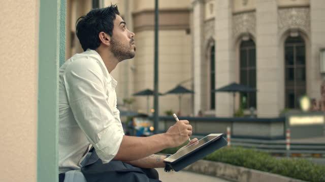 vídeos de stock e filmes b-roll de businessman drawing sketch on digital tablet - digital tablet