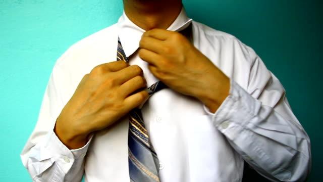 geschäftsmann elegant, satz up-krawatte - menschlicher hals stock-videos und b-roll-filmmaterial