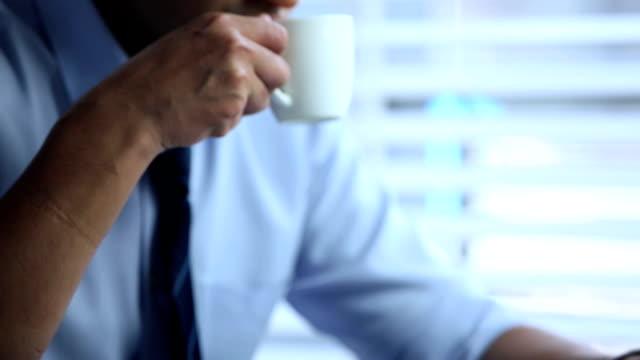 vídeos de stock, filmes e b-roll de businessman drinking tea, delhi, india - camisa e gravata