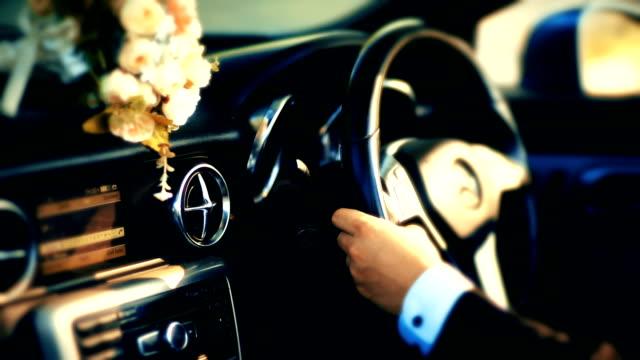 ein geschäftsmann in der luxus-auto fahren. - limousine stock-videos und b-roll-filmmaterial