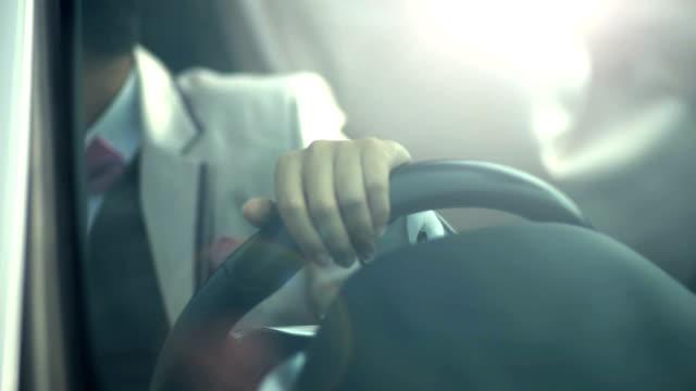 ein geschäftsmann in das moderne auto fahren. - auto innenansicht stock-videos und b-roll-filmmaterial