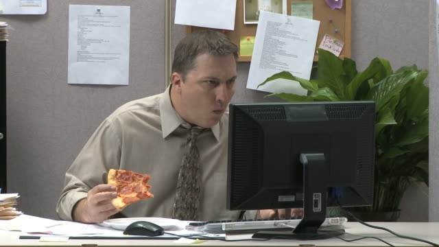 vídeos de stock, filmes e b-roll de businessman eating pizza at his desk while working - excesso de trabalho