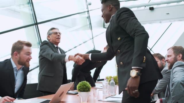 ビジネスマン、オフィスに入ると手を振って - 準備点の映像素材/bロール