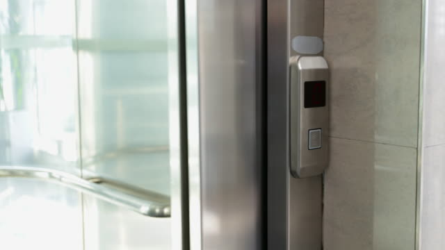 Geschäftsmann in Aufzug