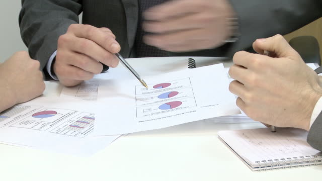 vídeos y material grabado en eventos de stock de businessman explaining pie charts to colleagues - mujer con grupo de hombres
